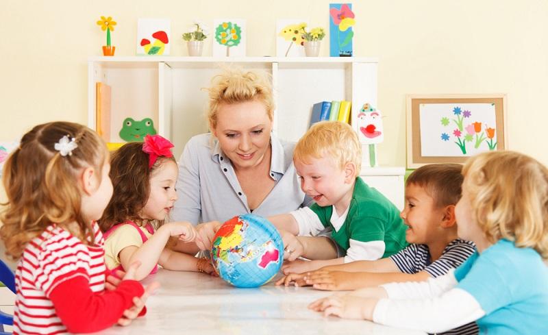 Über die Raumgestaltung wird die Lernumgebung des Kindes ebenso gestaltet, wie der Raum selbst auch Lerngegenstand sein kann.  ( Foto: Shutterstock-realpeople )