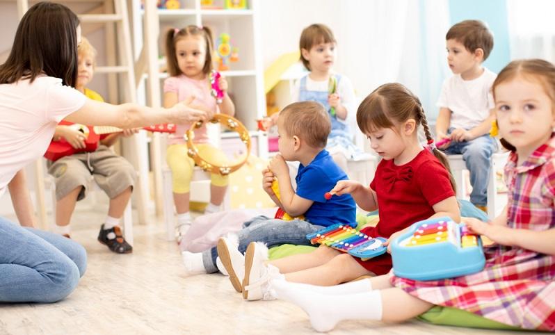 Vor allem Kinder unter drei Jahren stellen besonders hohe Ansprüche an die Betreuung, hier müssen zudem die Bedürfnisse zum Spielen und zum Aufenthalt stärker berücksichtigt werden als zum Beispiel bei Hortkindern der fünften oder sechsten Klasse.  ( Foto: Shutterstock-Oksana Kuzmina )