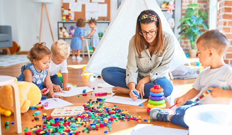Auch wenn gerade kleine Kinder ständig durcheinander wuseln, dürfen sie nicht auf engstem Raum zusammengesperrt werden.  ( Foto: Shutterstock-Krakenimages.com)