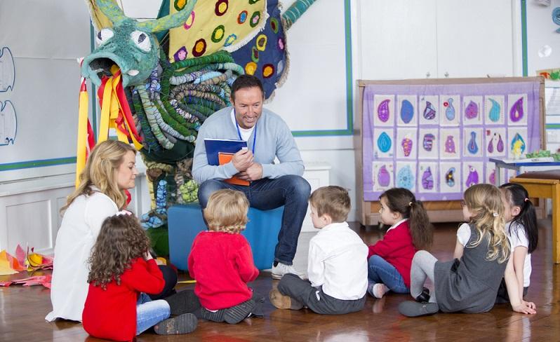 Ein Bildungsraum ermöglicht dem Kind neue Erfahrungen und Entdeckungen. Es kann hier sowohl allein als auch in der Gruppe spielen.  ( Foto: Shutterstock-_DGLimages)
