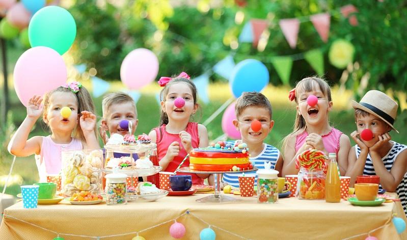 Auch für die Kinder sollte der Spaß und das leibliche Wohl gesorgt sein. (Foto: Shutterstock-Africa Studio  )