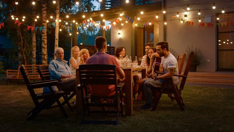 Nicht nur das Essen muss auf der Gartenparty stimmen, es kommt vielmehr auf die vielen kleinen Details an, die die Feier unvergesslich werden lassen. ( Foto: Shutterstock-Gorodenkoff  )