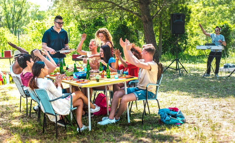 Gartenparty benötigt genügend Sitzmöglichkeiten ( Foto: Shutterstock- View Apart )