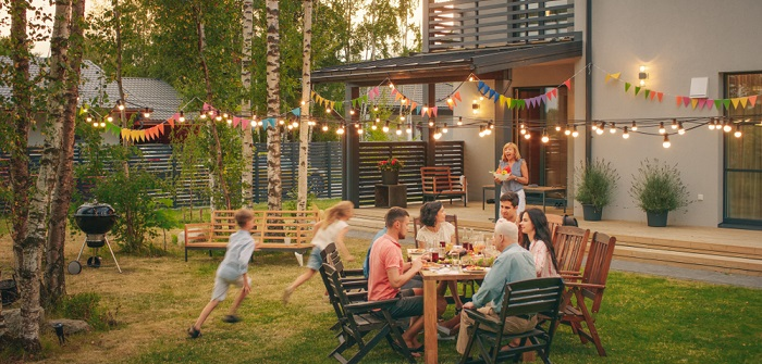 """Gartenparty 11 zauberhaft stilvolle Ideen für eine Party """"to remember"""" (Foto: Shutterstock-Von Gorodenkoff )"""