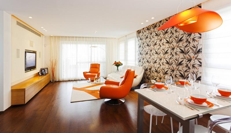 Hier treffen große Muster wie aus den 70er Jahren auf ruhige Holztöne, helle Farben auf ein knalliges Orange.(Foto: Shutterstock-  Dmitry Pistrov _)
