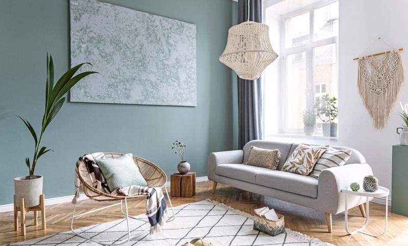 Elegantes Makramé, stilvolle Accessoires und ein klitzekleiner Hauch von Unordnung machen das Wohnzimmer zu einem individuellen Raum, in dem es sich gut leben lässt. (Foto: Shutterstock- Followtheflow)