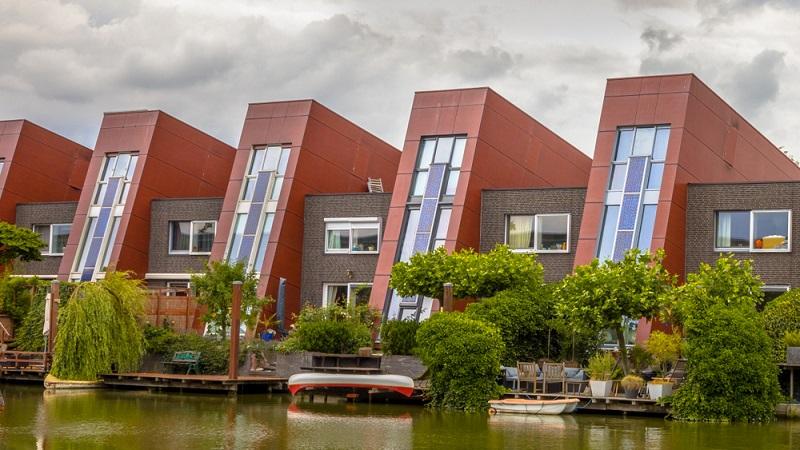 Erneuerbare Energien am stylischen Haus mit Solarpanelen ( Foto: Shutterstock-Rudmer Zwerver )