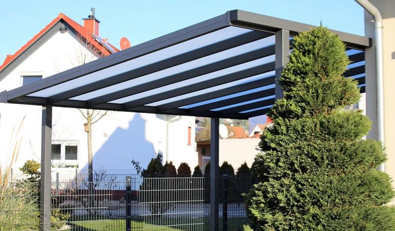 Carport aus Aluminium fügen sich wunderbar in jede Gegend ein ( Foto: Shutterstock-Palatinate Stock  )
