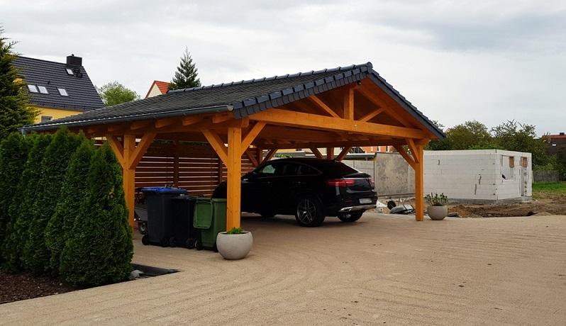 Carport aus Holz gibt es vielen verschiedenen Größen und Dachvarianten ( Foto: Shutterstock-Zeralein99 )