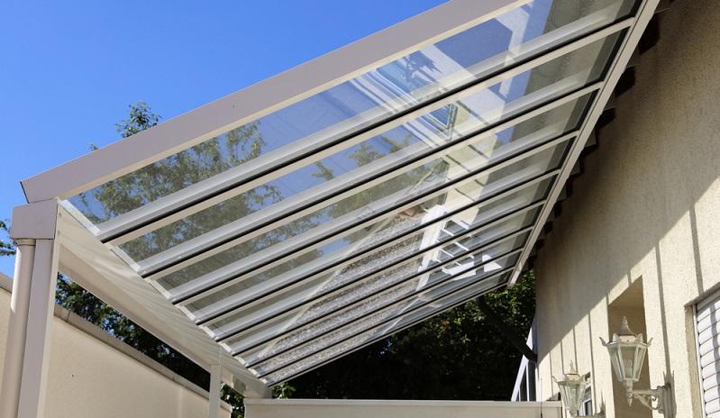 Carports aus Stahl in direkter Verbindung mit dem Haus ( Foto: Shutterstock- Palatinate Stock)