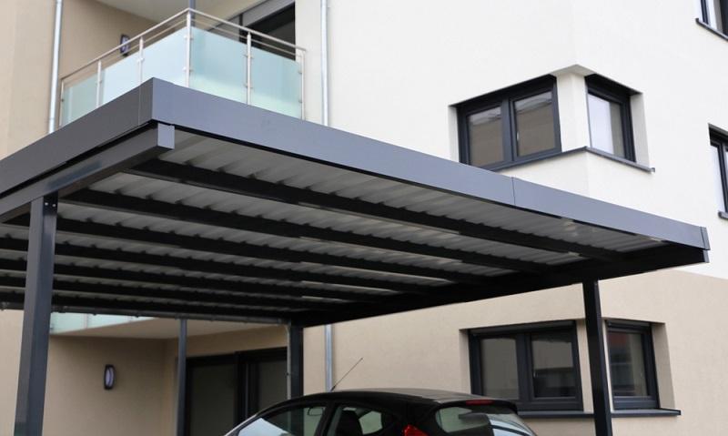 Carport in Aluminium sind lange haltbar und passen zu vielen Hausstilen ( Foto: Shutterstock-Palatinate Stock)
