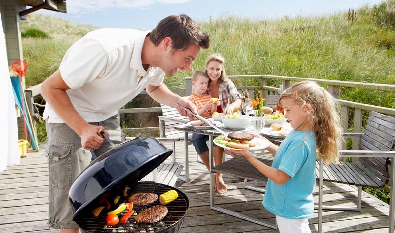 Grillspaß für die ganze Familie. Auch Kinder lieben gegrillte Leckereien. (Foto: Shutterstock-_oliveromg )