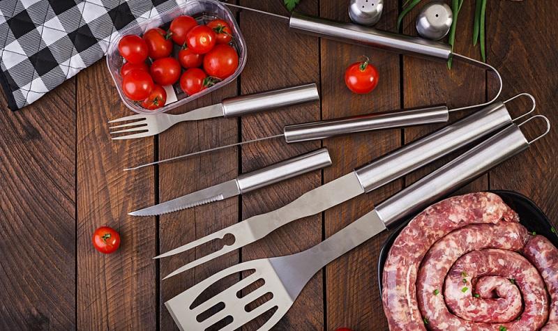 Um perfekt zu grillen braucht es noch das richtige Zubehör. ( Foto: Shutterstock-Timolina )