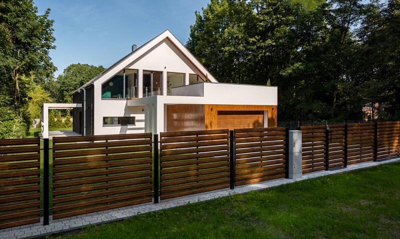 Eine Zaun auf der Grundstücksgrenze kann auch sehr schön aussehen ( Foto: Shutterstock-Dariusz Jarzabek )