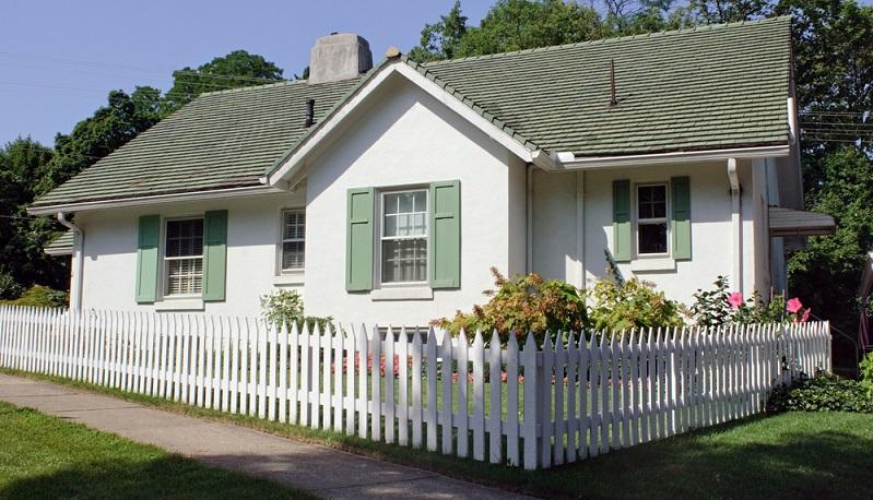 Ein Zaun passend zum Haus sorgt für eine sichtbare und auch schöne Abgrenzung ( Foto: Shutterstock-Susan Law Cain)