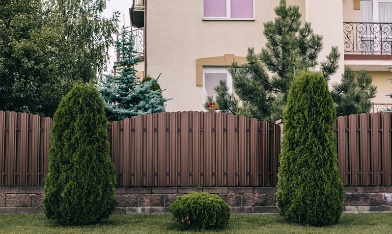 Einen Zaun setzten hat schon zu manchem Nachbarschaftsstreit geführt ( Foto: Shutterstock-_Hanna Taniukevich )