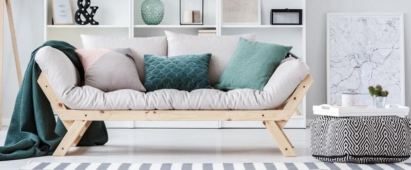 Ein Sofa ohne Kissen sieht nackt und leer aus. ( Foto: Shutterstock-_ Photographee.eu  )