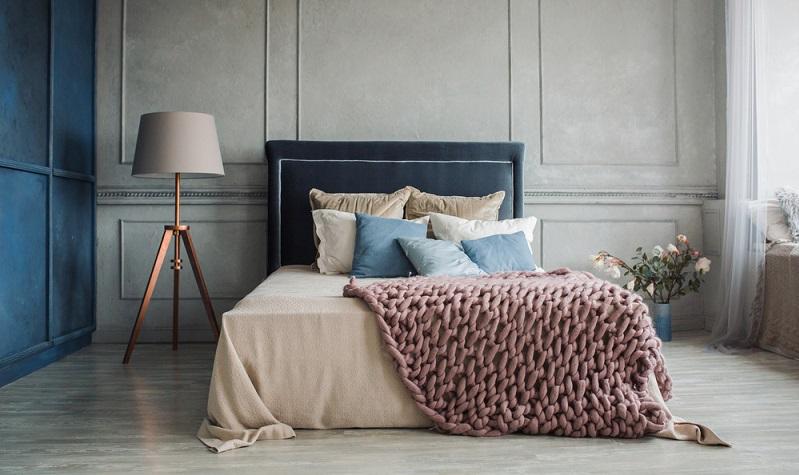 Farbige Kissen, passend dazu farbige Decke und zum Schluss noch eine moderne Stehlampe rundet das Bild ab. ( Foto: Shutterstock- Latkn)
