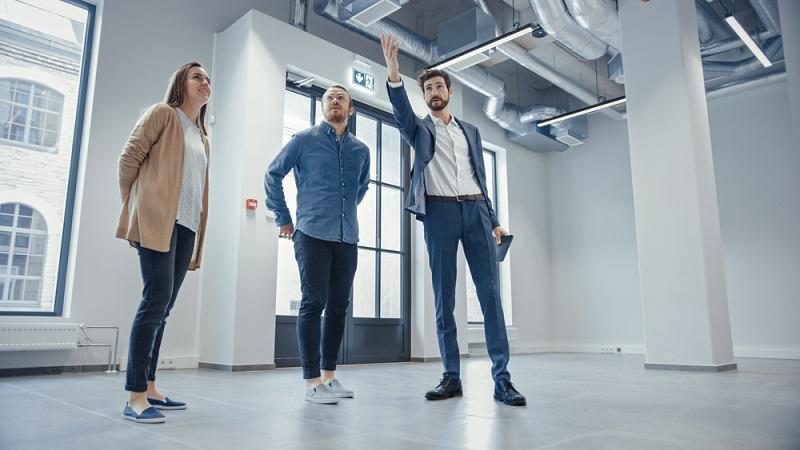 Ein Makler sucht die richtige Immobilie für die Interessenten  (Foto: Shutterstock- Gorodenkoff )