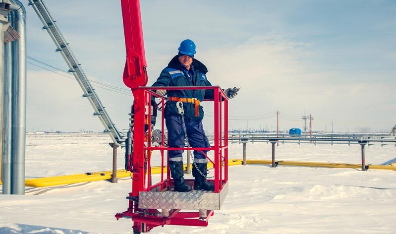 Besonders im Winter ist es gefährlich Außenarbeiten durchzuführen, die Hubbühne hilft ( Foto: Shutterstock-  evgenii mitroshin )