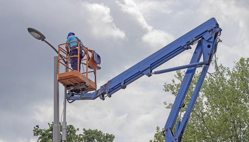 Eine Hubbühne lässt sich nicht so einfach bedienen. ( Foto: Shutterstock- serato )