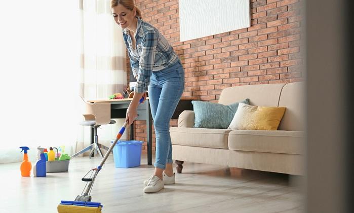 Der Fußboden aus PVC wird ganz einfach mit lauwarmem Wasser und Essig gereinigt, er sollte aber zusätzlich jeden Tag wenigstens einmal gefegt werden, damit keine Kratzer entstehen. ( Foto: Shutterstock- New Africa_)