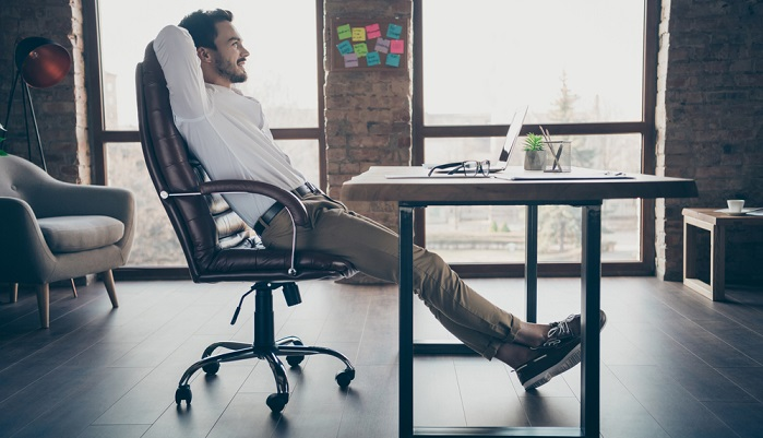 Bürostühle damals und heute ( Foto: Shutterstock- Roman Samborskyi  )
