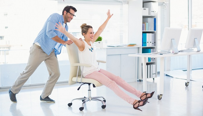 Bürostühle sollte so gemütlich sein wie man hier sehen kann. ( Foto: Shutterstock- wavebreakmedia)