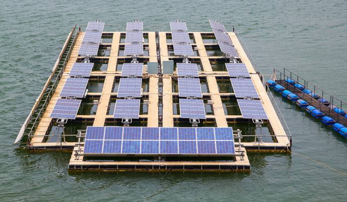 Die Förderung von Investionen in die Solarenergie ist an den intelligenten Batteriespeicher gekoppelt. Smarte Solarkonzepte wie diese Solaranlage auf der Wasseroberfläche lassen sich so leichter finanzieren. (Foto: shutterstock - suphakit73)