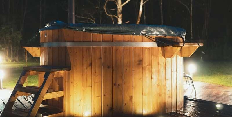 Der externe Ofen befindet sich, wie der Name schon sagt, außerhalb des Holzfasses. ( Foto: Shutterstock- _ M-Production )
